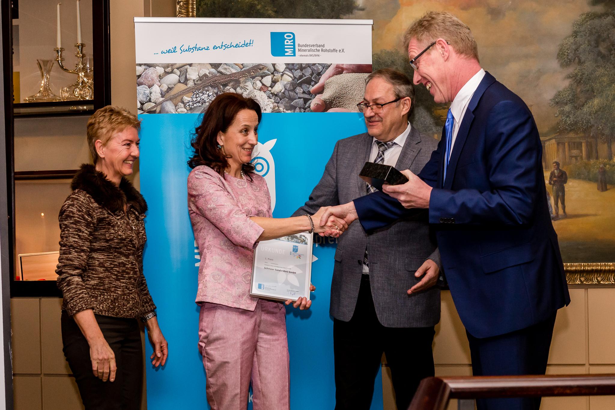 Dr. Gerd Hagenguth und Dr. Friedhelm Rese überreichen den Preis an Anja Schmeer und Claudia Klopp von Schmeer Sand + Kies GmbH.